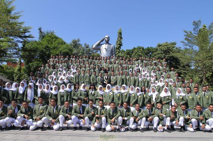 Rektor Kukuhkan 2938 Mahasiswa Baru Tahun Akademik 2018-2019